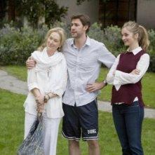 Meryl Streep, John Krasinski e Caitlin Fitzgerald in una scena del film E' complicato
