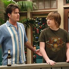 Angus T. Jones e Charlie Sheen in una scena dell'episodio Warning, It's Dirty di Due uomini e mezzo