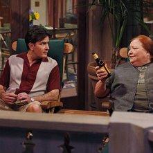 Due uomini e mezzo: Conchata Ferrell e Charlie Sheen nell'episodio Good Morning, Mrs. Butterworth
