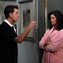 Due uomini e mezzo: Jennifer Bini Taylor e Charlie Sheen in una scena dell'episodio Sir Lancelot's Litter Box