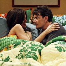 Due uomini e mezzo: Jennifer Bini Taylor e Charlie Sheen nell'episodio Good Morning, Mrs. Butterworth