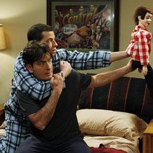 Due uomini e mezzo: Jon Cryer e Charlie Sheen nell'episodio Good Morning, Mrs. Butterworth