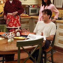 Due uomini e mezzo: Jon Cryer, Jennifer Bini Taylor e Charlie Sheen nell'episodio Good Morning, Mrs. Butterworth