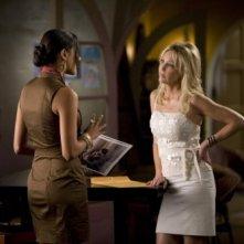 Melrose Place: Jessica Lucas ed Heather Locklear in una scena dell'episodio Mulholland