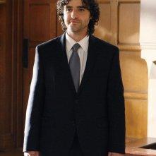 Lo sposo (David Krumholtz) in una sequenza dell'episodio Cause and Effect di Numb3rs