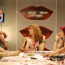 Sonia Bergamasco, Pietro Taricone, Carlotta Natoli, Francesca Inaudi e Irene Ferri in una scena di Tutti pazzi per amore 2