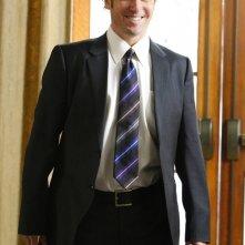 Un sorridente Rob Morrow in una scena dell'episodio Cause and Effect di Numb3rs