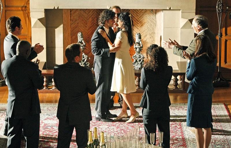 Una Foto Di Gruppo Al Matrimonio Di Amita Navi Rawat E Charlie David Krumholtz Nell Episodio Cause And Effect Di Numb3Rs 150205