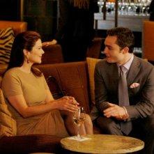 Ed Westwick e Laura Harring in un'immagine tratta dall'episodio The Lady Vanished di Gossip Girl
