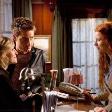 Allison Mack e Justin Hartley parlano con Odessa Rae nell'episodio Escape di Smallville