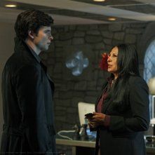 The blur (Tom Welling) affronta Amanda Waller (Pam Grier) nell'episodio Checkmate di Smallville