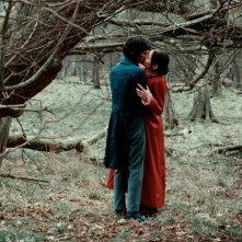 Abbie Cornish e Ben Whishaw in un'immagine romantica del film Bright Star