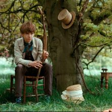 Il piccolo Thomas Brodie-Sangster in una scena del film Bright Star