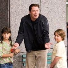 John Travolta insieme ai piccoli Ella Bleu Travolta e Conner Rayburn nel film Daddy Sitter