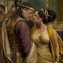 Polly Walker è Cassiopeia e Vincent Regan è Re Kepheus in una sequenza di Clash of the Titans, remake di Scontro di Titani