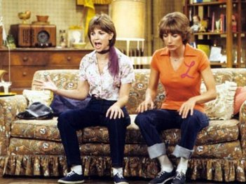 Penny Marshall e Cindy Williams nei panni di Laverne & Shirley.