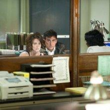 Claire (Tina Fey) e Phil Foster (Steve Carell) in una stazione di polizia nel film Date Night