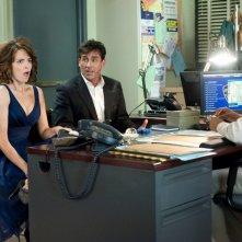 Claire (Tina Fey) e Phil (Steve Carell) in una centrale di polizia nel film Date Night