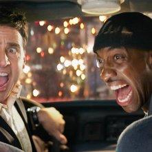 Phil (Steve Carell) e New York Cabbie (J.B. Smoove) in corsa per le strade della città nel film Date Night