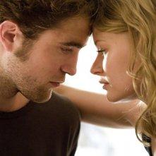 Una dolce immagine tratta dal film Remember Me con Robert Pattinson ed Emilie de Ravin