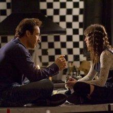 John Cusack e Lizzy Caplan in una scena di Hot Tub Time Machine