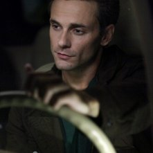 Chris J. Johnson (Logan Fell)  in auto nell'episodio The Turning Points di The Vampire Diaries