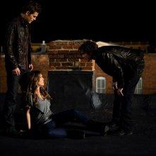 Damon (Ian Somerhalder) gioca con la sua vittima Vicki (Kayla Ewell) nell'episodio La Notte della Cometa di Vampire Diaries