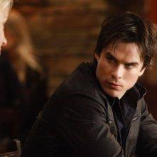 Damon (Ian Somerhalder) parla con Elizabeth Forbes (Marguerite MacIntyre) nell'episodio A Few Good Men