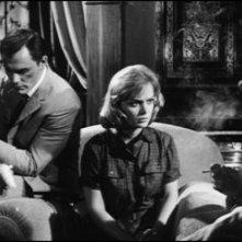 John Saxon con Letícia Román e Dante DiPaolo in una scena del film La ragazza che sapeva troppo
