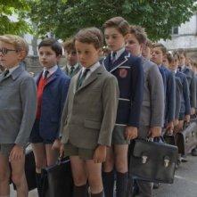 Nicolas (Maxime Godart) e gli amici di classe in fila davanti al severo bidello nel film Il piccolo Nicolas e i suoi genitori