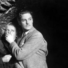 Robert Donat e Madeleine Carroll in una sequenza de Il club dei trentanove