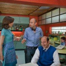 Valérie Lemercier, Maxime Godart e Kad Merad con il regista Laurent Tirard sul set della commedia Il piccolo Nicolas e i suoi genitori
