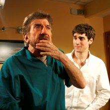 Gigi Proietti e Carlo Fabiano in una scena de La vita è una cosa meravigliosa