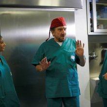 Gigi Proietti nei panni di un chirurgo nel film La vita è una cosa meravigliosa