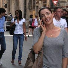 Luisa Ranieri passeggia a Roma nel film La vita è una cosa meravigliosa