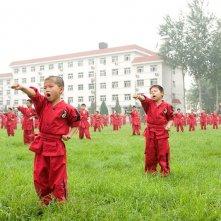 Un gruppo di bambini durante un'allenamento di arti marziali nel film The Karate Kid: La leggenda continua