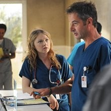 Elisabeth Harnois e Jeremy Northam nell'episodio 88 Seconds di Miami Medical