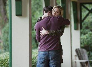 Elizabeth Mitchell e Logan Huffman nell'episodio Pound of Flesh di V, remake di Visitors