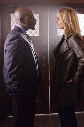 Elizabeth Mitchell e Morris Chestnut nell'episodio Pound of Flesh di V, remake di Visitors