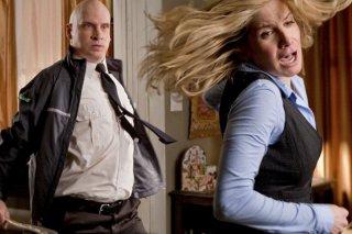 Elizabeth Mitchell e Yuris Kis in un momento d'azione dell'episodio Welcome to the War di V, remake di Visitors