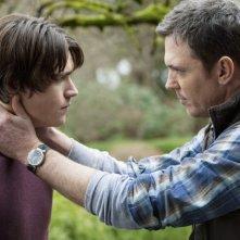 Logan Huffman e Nicholas Lea nell'episodio Pound of Flesh di V, remake di Visitors