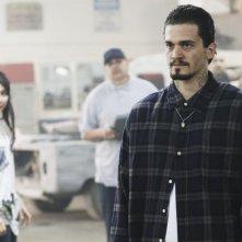 Yuko Takeuchi, sullo sfondo, e Vinicius Machado nell'episodio Queen Sacrifice di FlashForward
