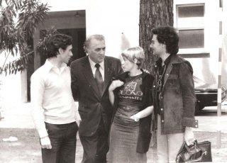 Antonio Orfanò con Federico Fellini, Donella Del Monaco e Frady Dragol durante una pausa del film Casanova davanti al teatro 5