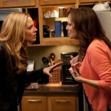 In Plain Sight: Lesley Ann Warren e Mary McCormack nell'episodio Father Goes West