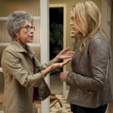 In Plain Sight: Mary McCormack e Rita Moreno nell'episodio Coma Chameleon