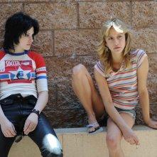 Kristen Stewart (Joan Jett) e Stella Maeve (Sandy West) in una scena del film The Runaways