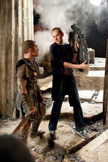Sam Worthington e il regista Louis Leterrier a lavoro, sul set del film Clash of the Titans 3D