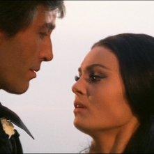 Christopher Lee con Daliah Lavi in una scena del film La frusta e il corpo