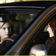Laura Leighton ed Ashley Benson in una scena della serie Pretty Little Liars