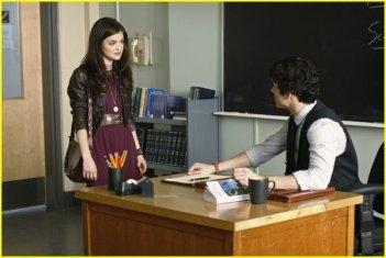 Lucy Hale ed Ian Harding in un momento della serie Pretty Little Liars